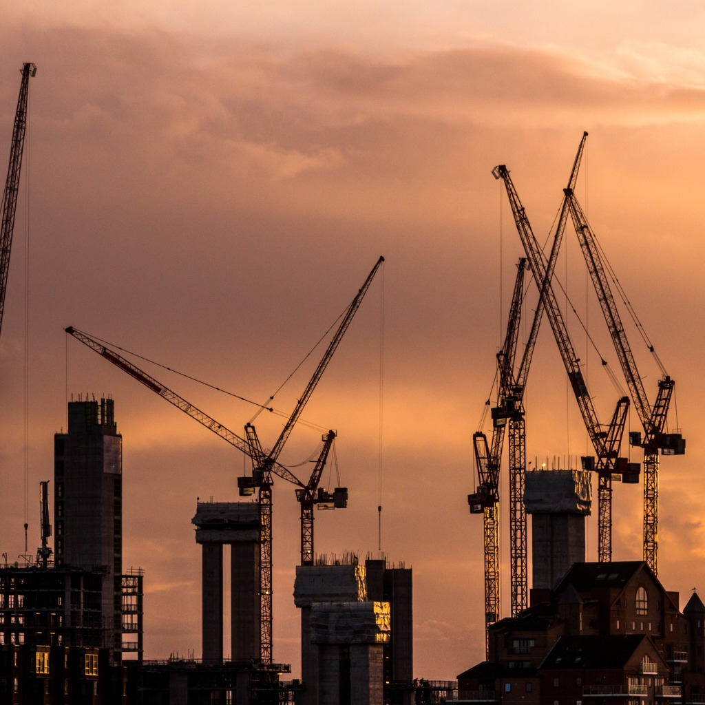 cranes-and-construction-equipment-on-london-city-skyline-picture-id982435542